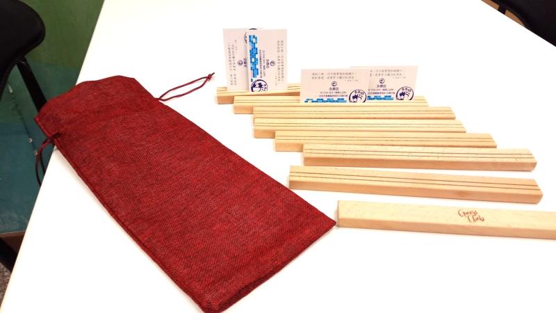木製牌架(一套有八組,每組橫長約26公分,前後可放兩排卡片。)